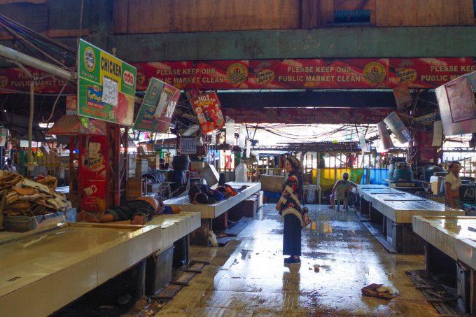 カルボンマーケットの生鮮食品エリアで寝ている人の写真