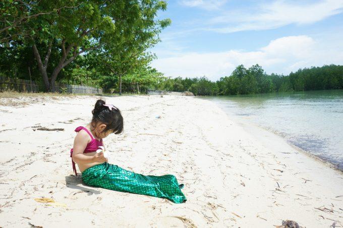 マーメイドの水着を着ている子供の写真