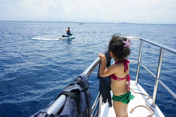 水着を着ている子供の写真