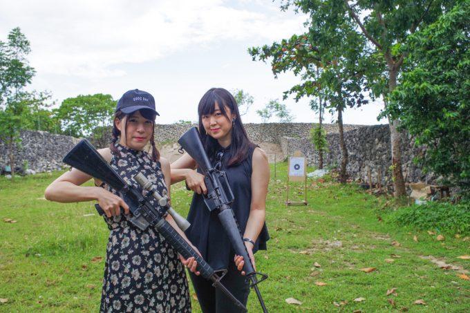 ライフルを持つ女性2人