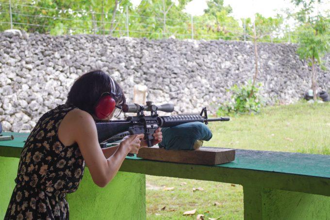 ライフルを撃つ女性