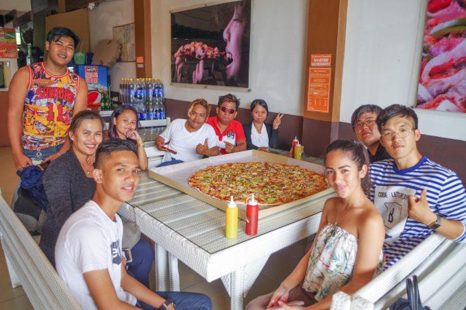 カルダピザで食事をしている写真