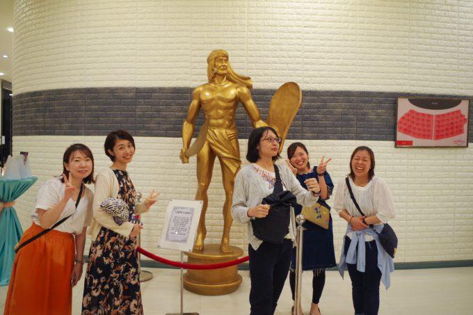 アメージングショーのラプラプ像で記念写真
