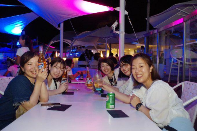 イビザで乾杯している女性5名