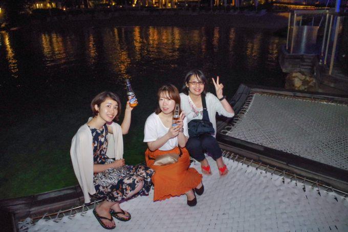 イビザのハンモック席で寛ぐ女性3人