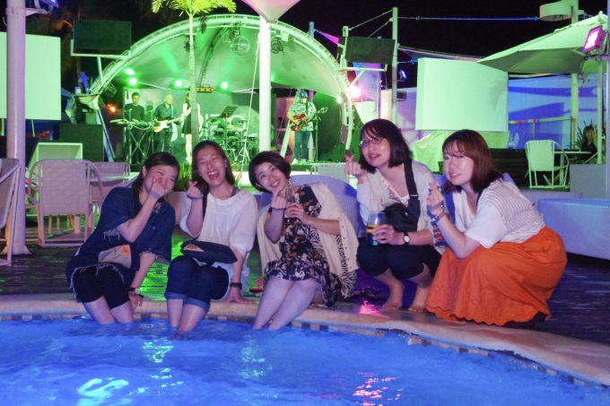 イビザのプールに座る女性5人