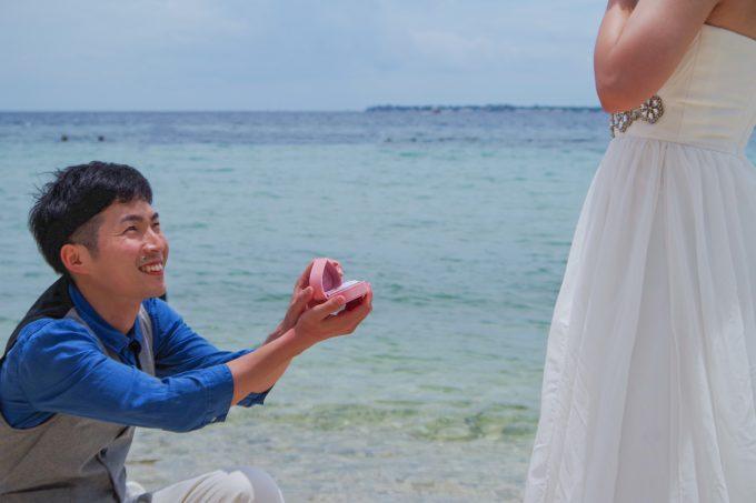 ビーチでプロポーズをしている写真