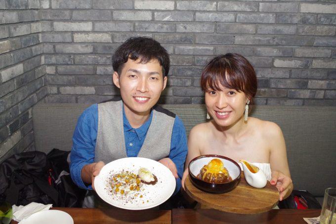 ピグ&パームで食事をする夫婦の写真