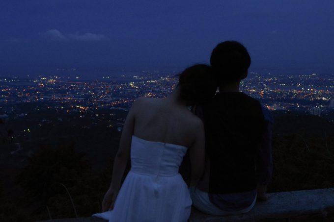 セブ市内の夜景をバックにする新郎新婦の写真