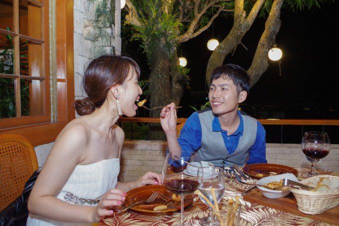 シャトーデブサイで食事分け合う新郎新婦の写真