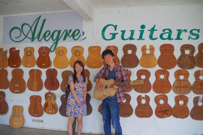 ギター工場で記念撮影するカップル