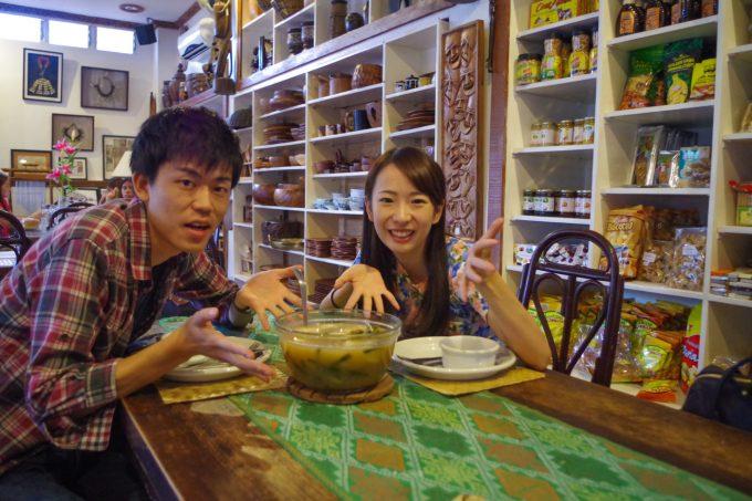 アバセリアカフェで食事をするカップル