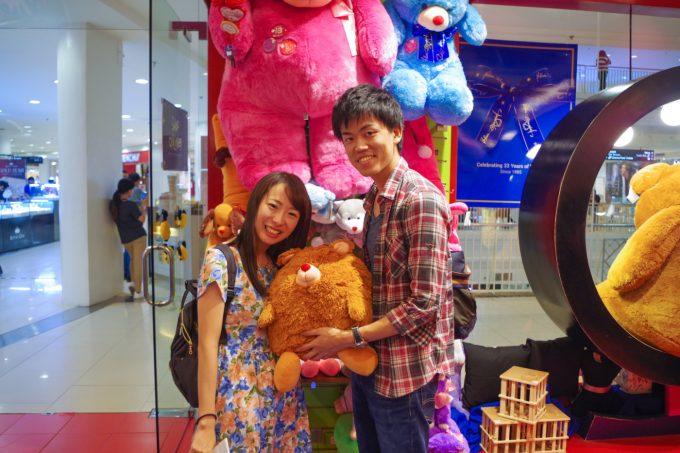 人形を抱えるカップル