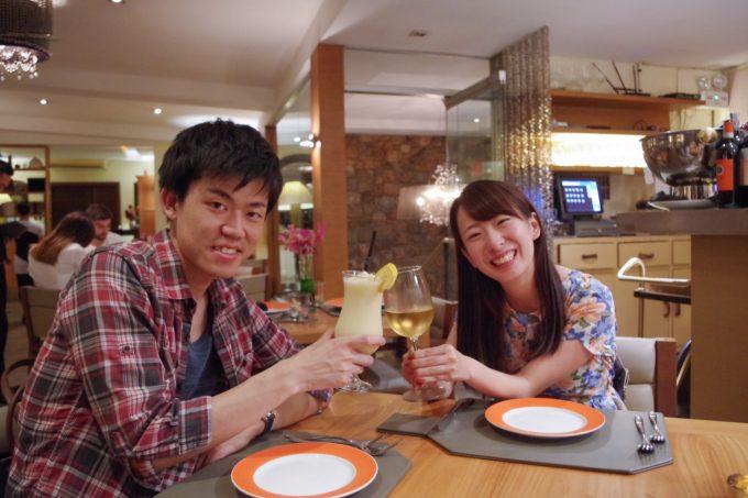 アンザニで乾杯するカップル