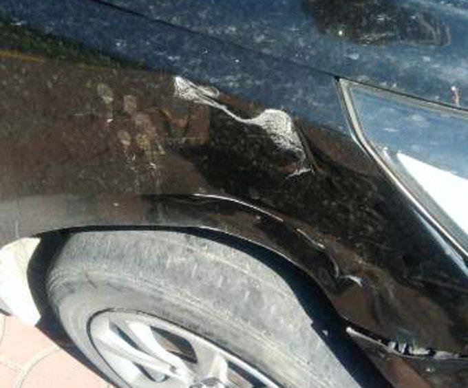 事故で凹んだ黒い車