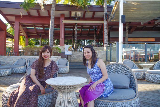 アズールビーチクラブで座っている女性2人