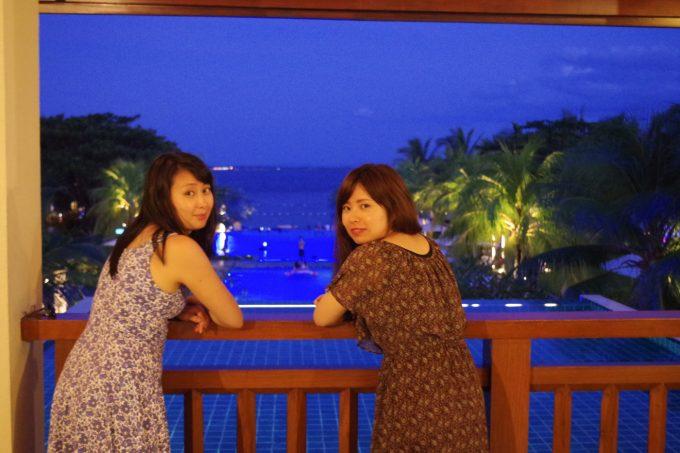 クリムゾンホテルの入り口で女性2人