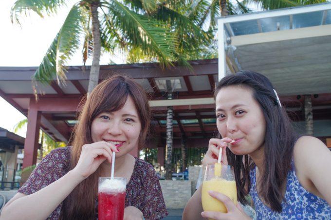 リゾートホテルで飲み物を飲む女性2人