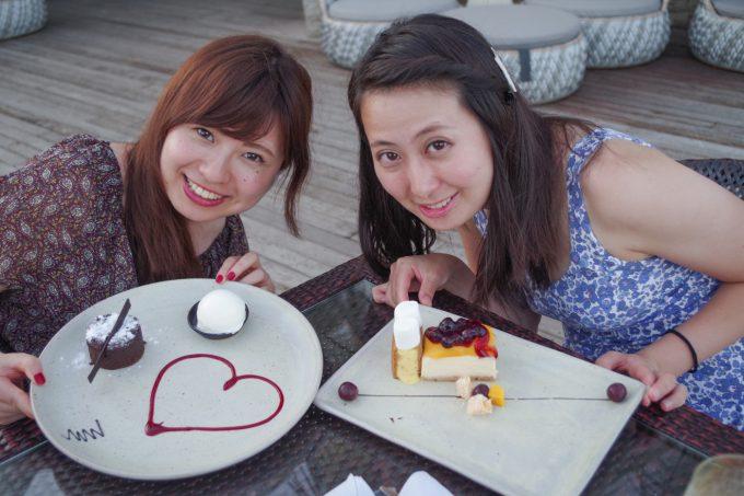 アズールビーチクラブのデザートを持つ女性2人