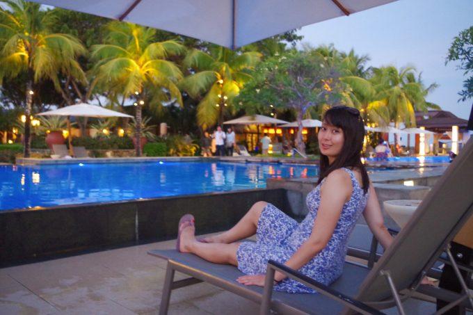 クリムゾンホテルのプールサイドで寛ぐ女性