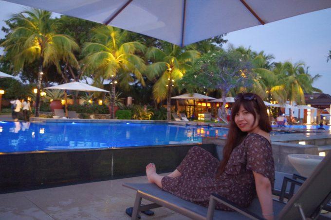クリムゾンホテルのプールサイドで寛ぐ女性2