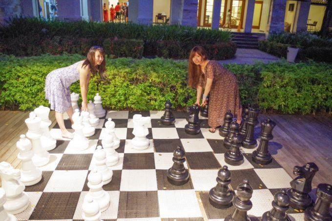 クリムゾンホテルの大きなチェスをする女性2人