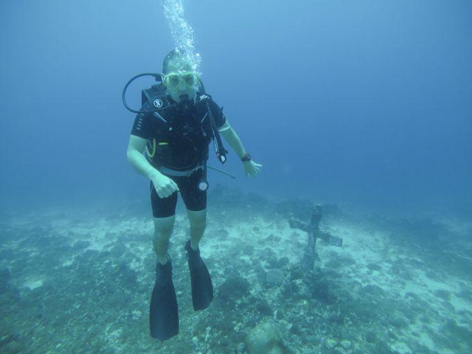体験ダイビングで12mまで潜っている男性