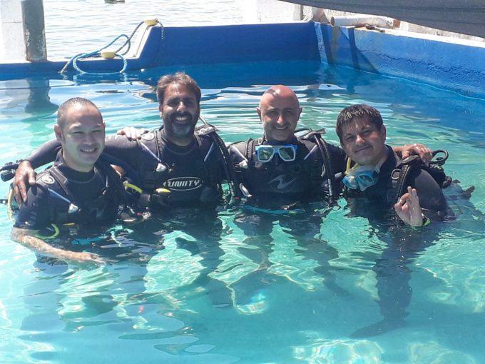 ダイビングの講習をしている男性4人