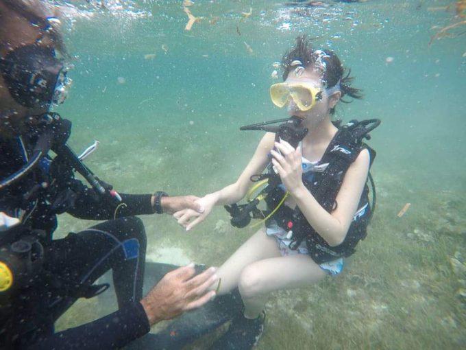 体験ダイビングで海中に潜る女性