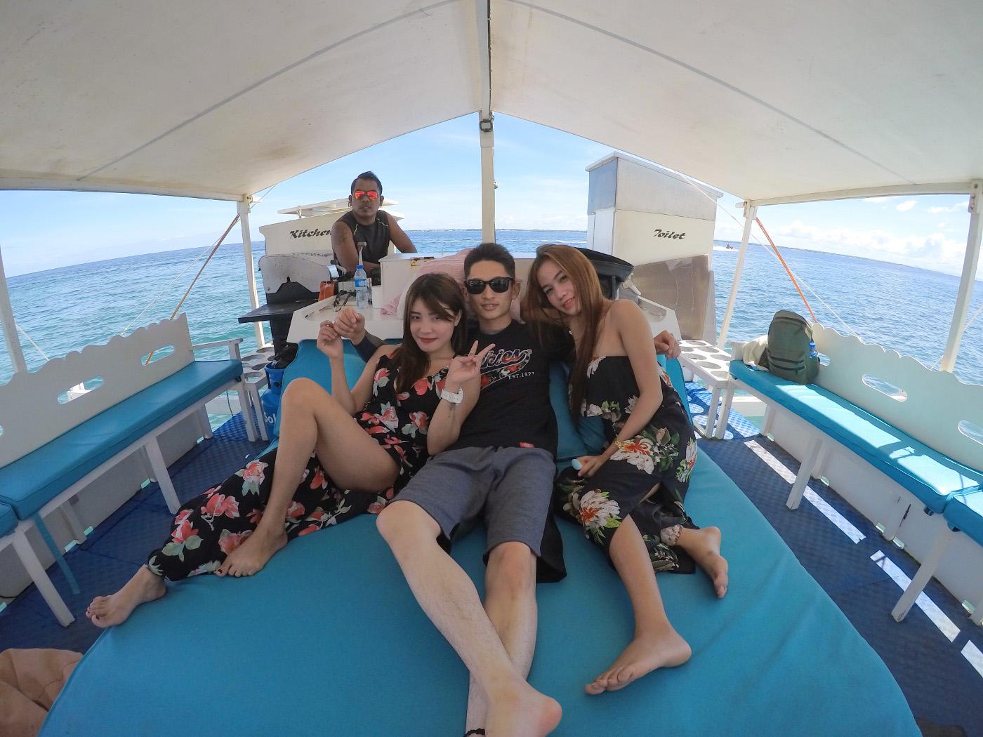 貸切ボートで女性2人に挟まれる男性