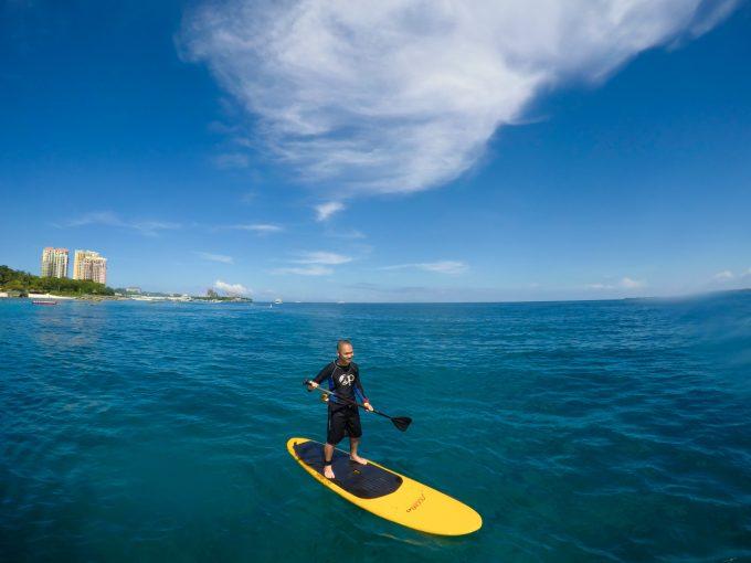 セブの海でサップをしている男性