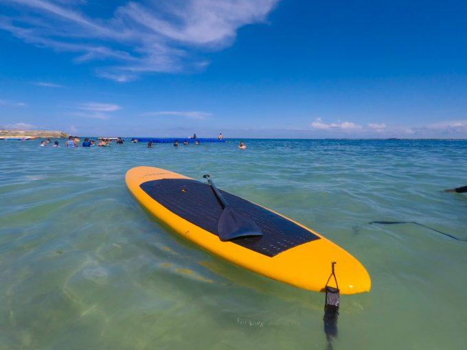 海に浮かぶSUPのボードとパドル
