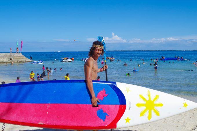サップを持っているフィリピン人男性