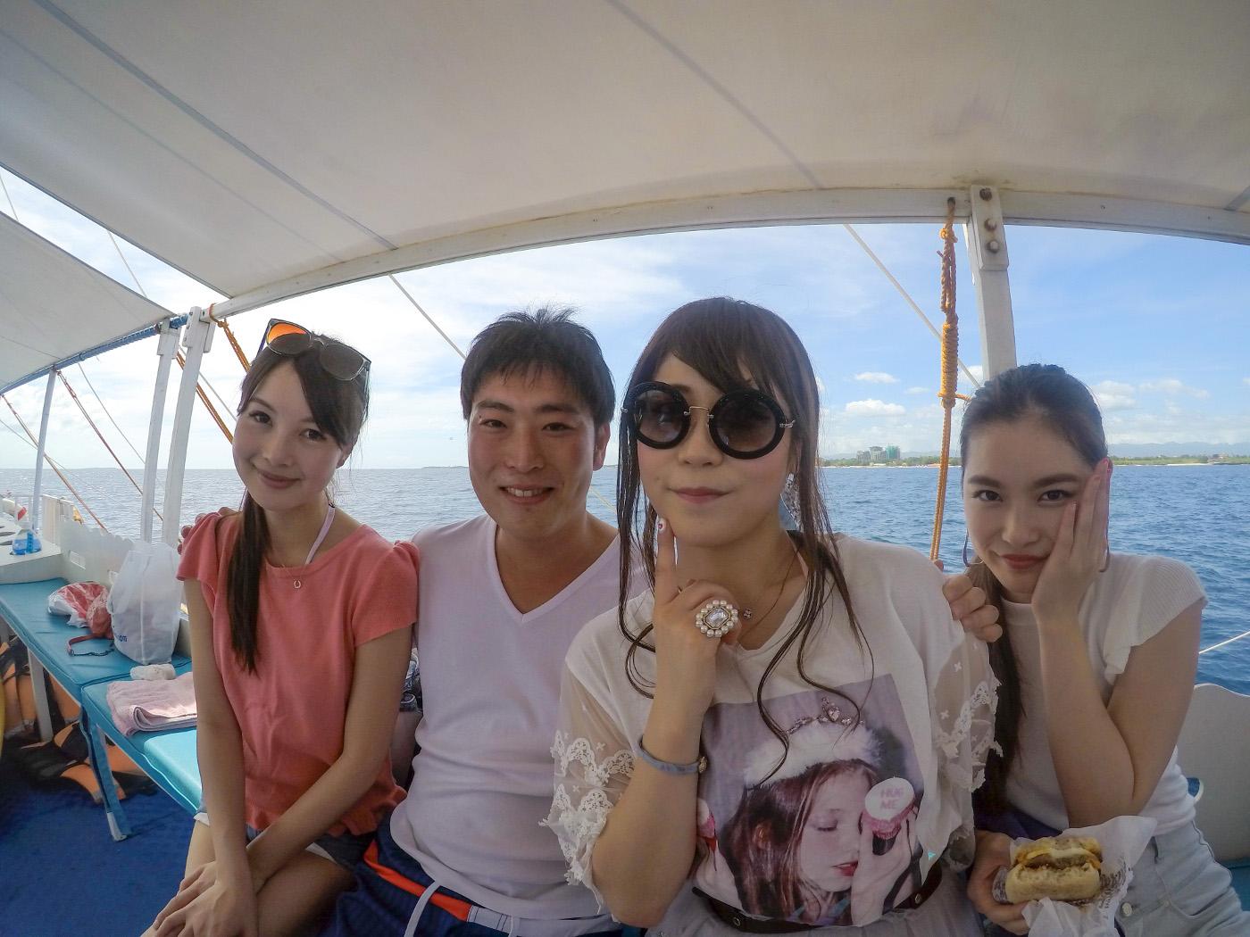 貸切ボートに乗っている男性と3人の女性