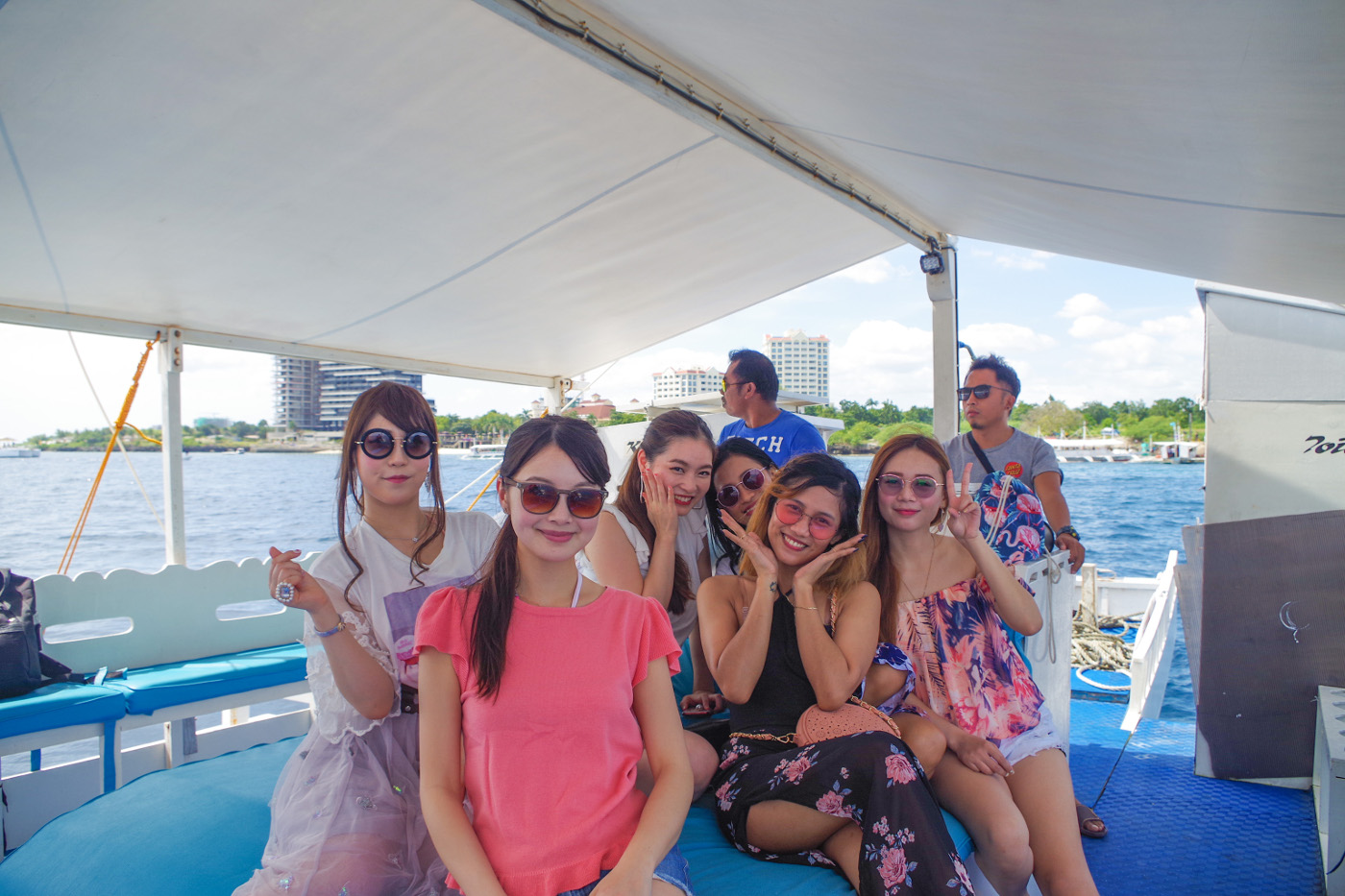 貸切ボートの中心席に集まる女性6人