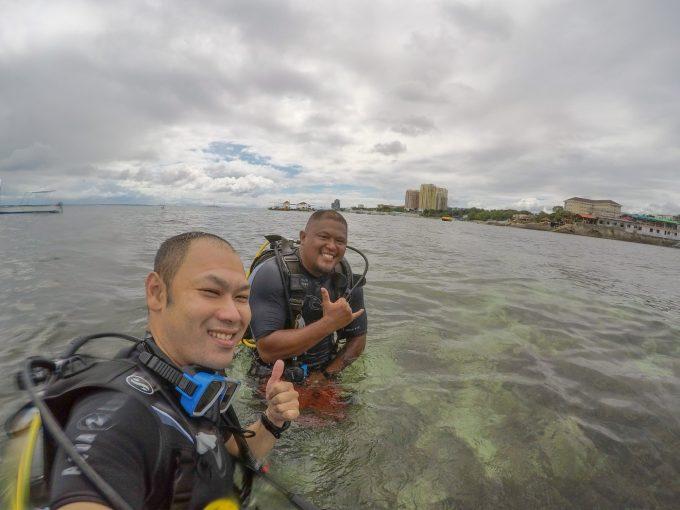ダイビングの海洋実習へ行くフィリピン人男性と日本人男性