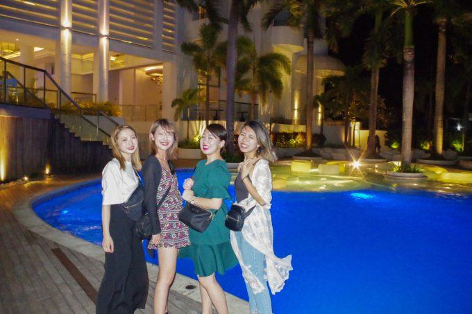 モーベンピックホテルのプールで写真を撮る女性4人