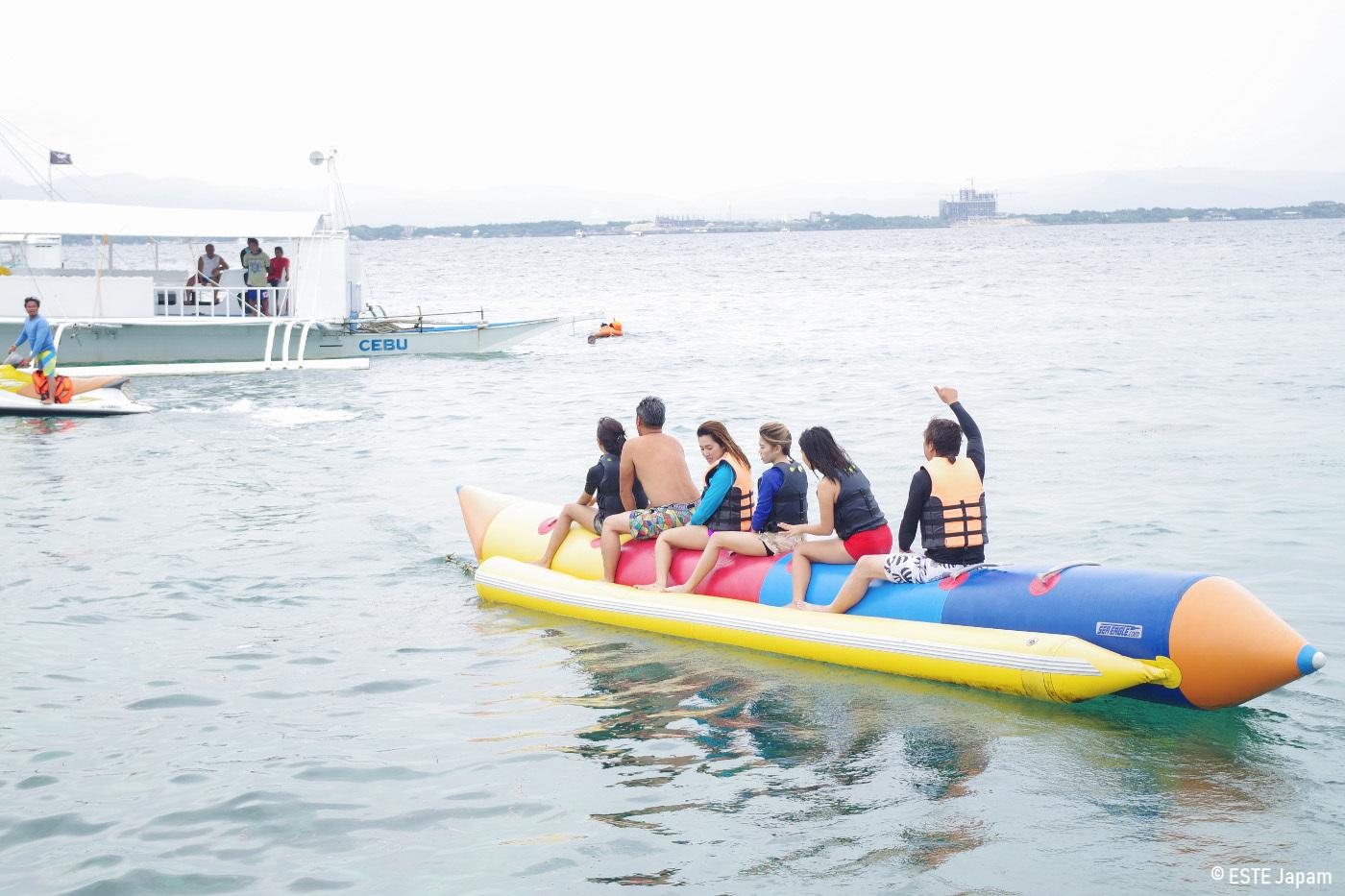 貸切ボートでバナナボートをする団体