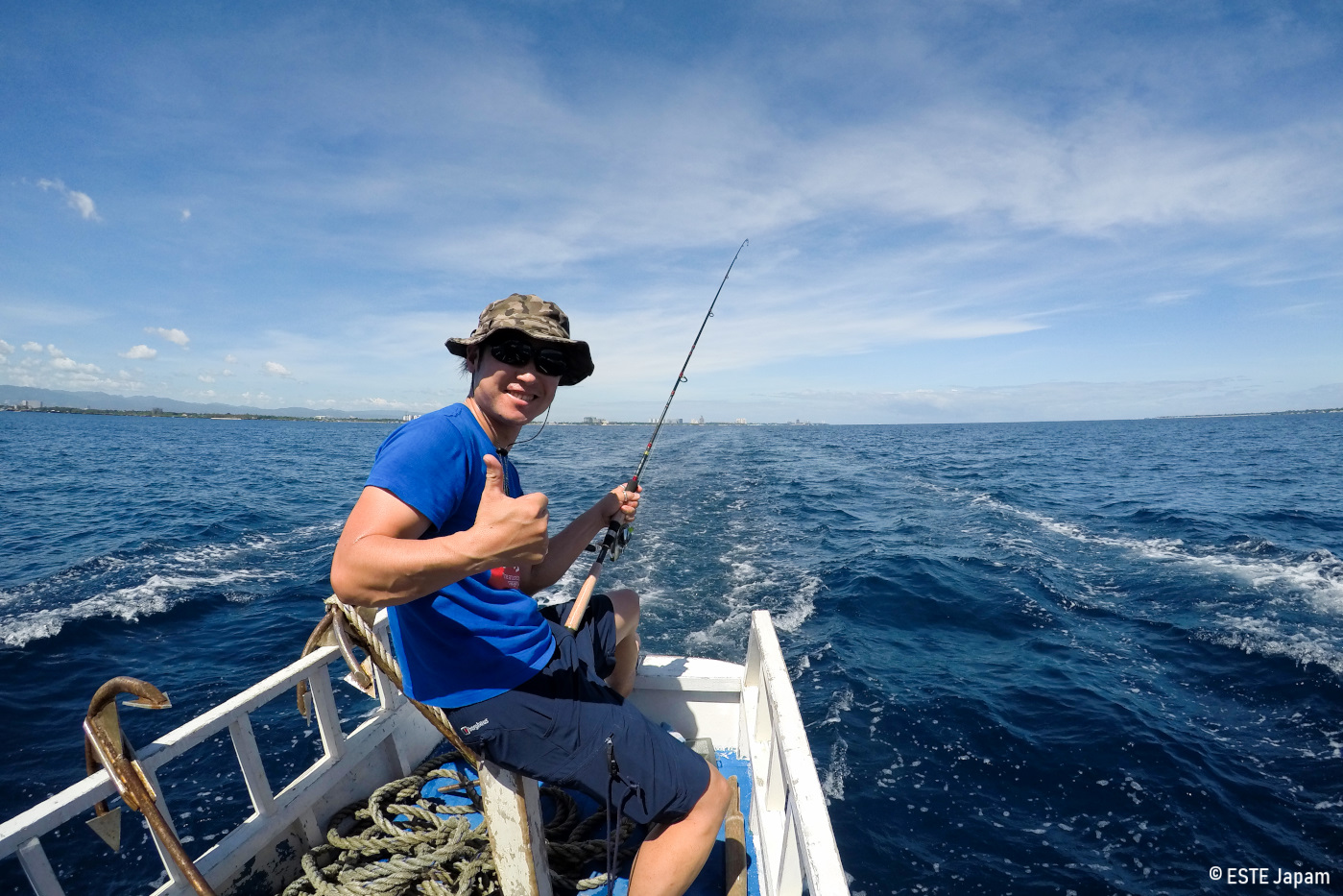 貸切ボートで釣りをする男性
