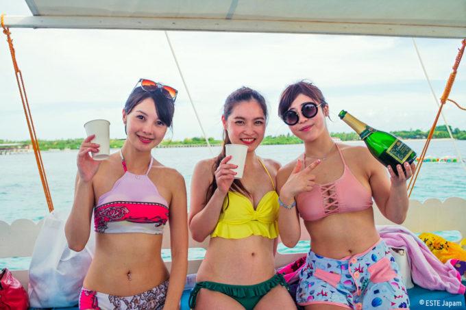 貸切ボートでシャンパンを飲む女性3名