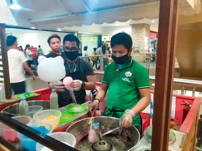 綿菓子を作っている男性2人