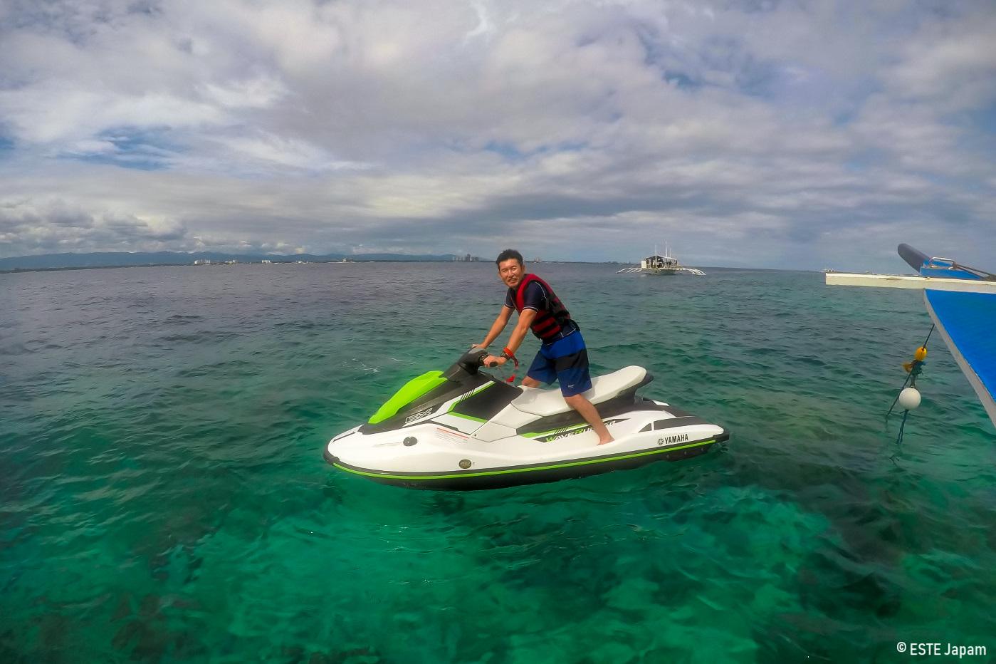 貸切ボートでジェットスキーをする男性