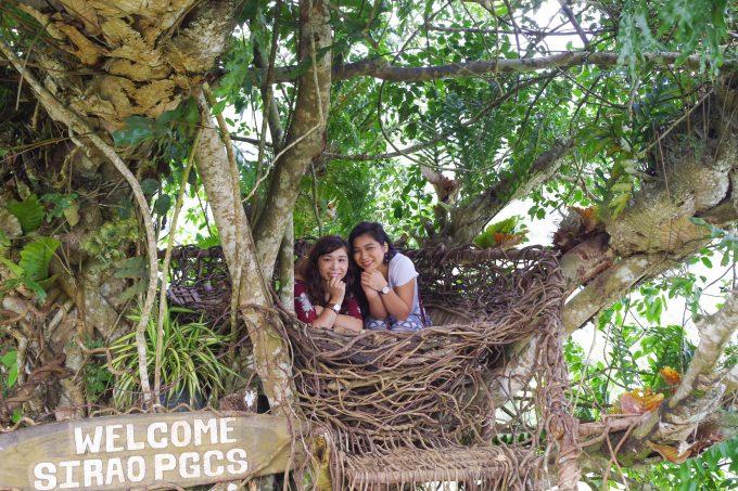 シラオPGCSの巣のような場所にいる2名の女性