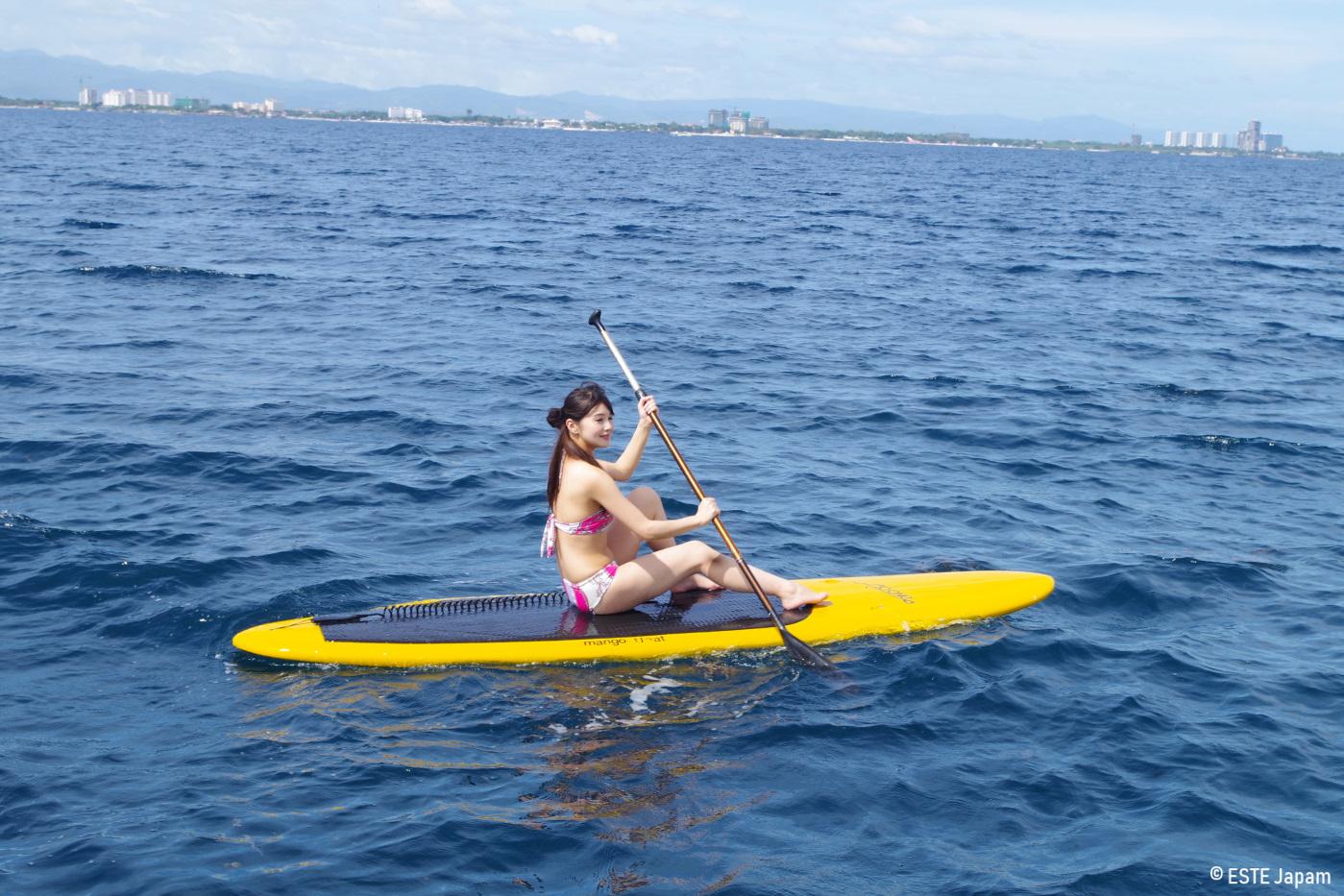 貸切ボートでSUPを楽しむ女性