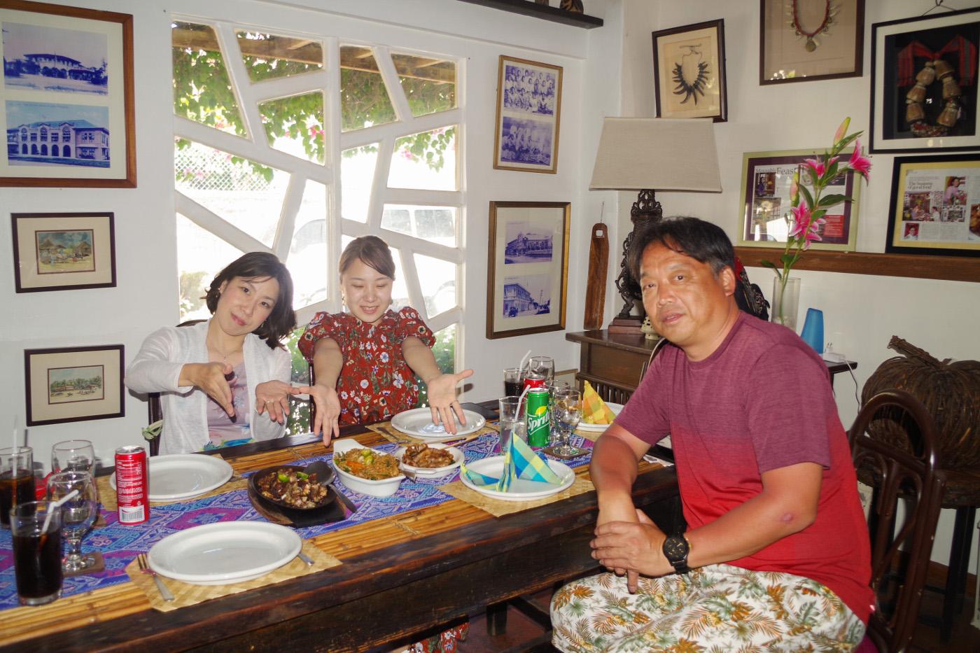 アバセリアカフェで昼食を食べる男性と女性2名