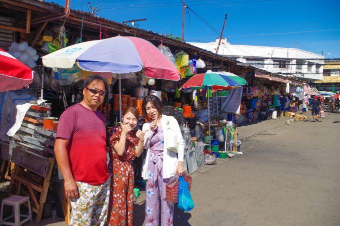 カルボンマーケットの路上に立つ男性と女性2人