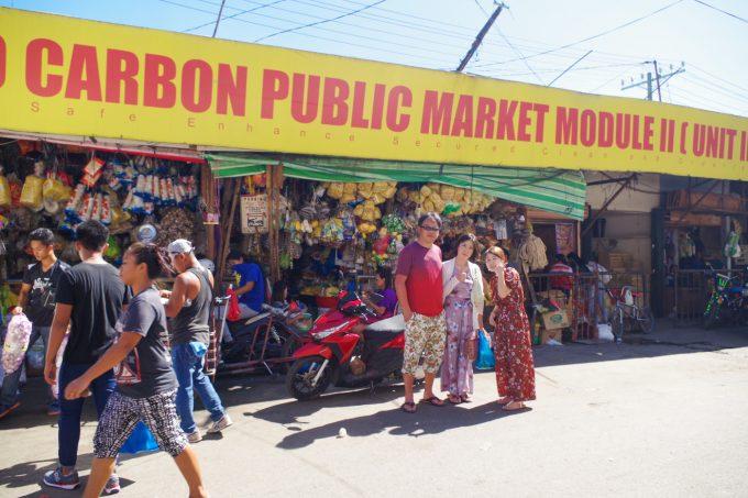 カルボンマーケットで写真を撮る男性と女性2名