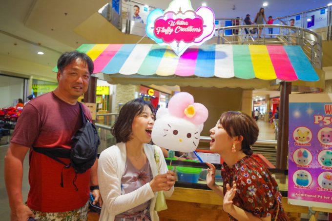 SMセブシティーでキャラクター綿菓子を食べる女性2名と男性