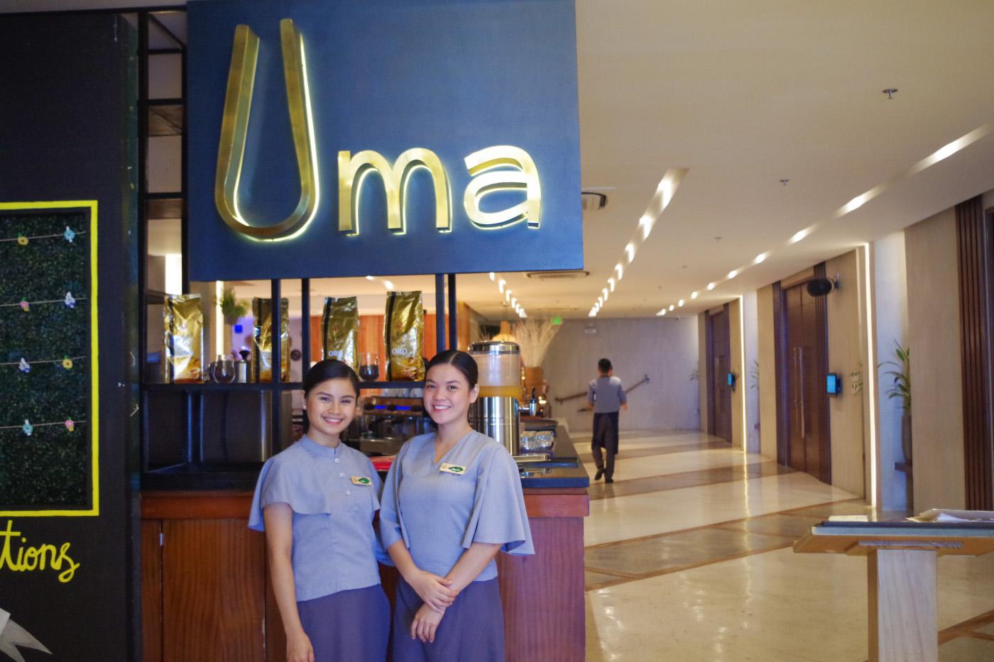 マアヨホテルの7階にあるレストランの女性スタッフ2名