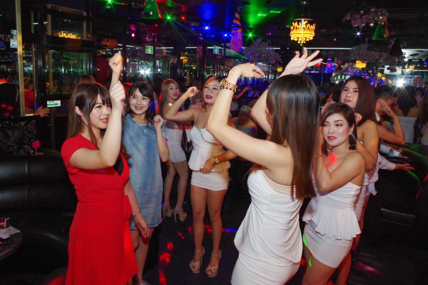 KTVの小町で女の子が踊っている様子